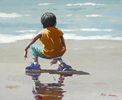 Gamin en jaune à la plage